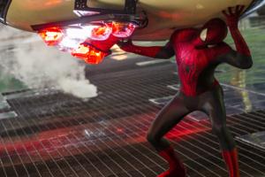 Flyvende jernbjælker, kolliderende biler og eksploderende skyskrabere er for Spider-Man hverdagskost. Her gelejder han elegant trafikken på ret køl. PR-foto