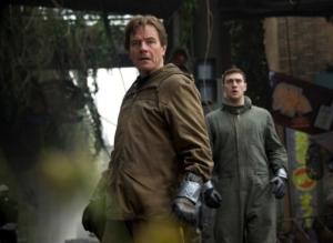 Joe Brody (Bryan Cranston) er sikker på, at myndighederne i Japan holder noget skjult for befolkningen. Foto: SF Film