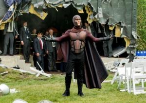 Michael Fassbender i rollen som den metalstyrende Magneto. Filmen har et fuldstændig ekstraordinært stjernespækket cast. (Foto: 20th Century Fox)