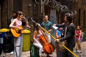 Præmissen for filmens autentiske musik bliver gadeoptagelser. Foto: SF Film.