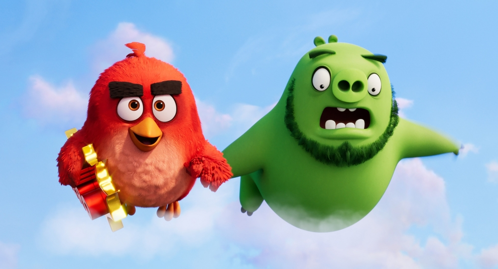 Fugle-helten Red og overgrisen Leonard må lægge stridsøksen til side og samarbejde for at redde deres øer fra en ukendt fare. (Foto: SF Studios Danmark)