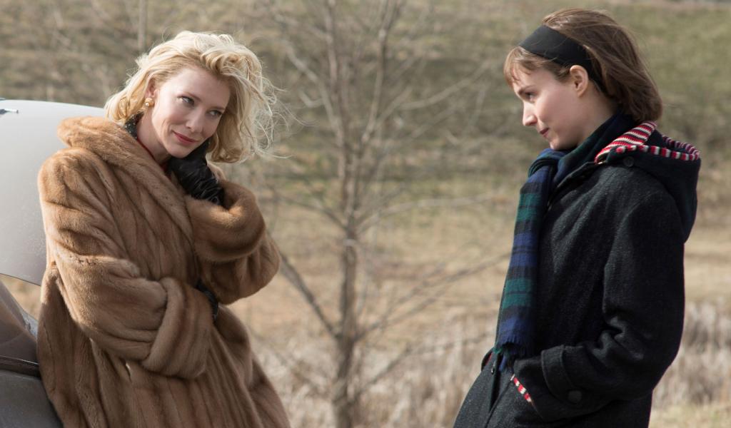 Carol (Cate Blanchett) og Therese (Rooney Mara) udveksler varme blikke i det kolde vinterlandskab. (Foto: IMDB)