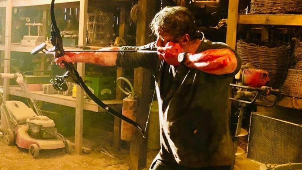 Billede fra optagelserne til Rambo: Last Blood, hvor Sylvester Stallone tager fat i sin kendte recurve bue. (Foto: UIP)