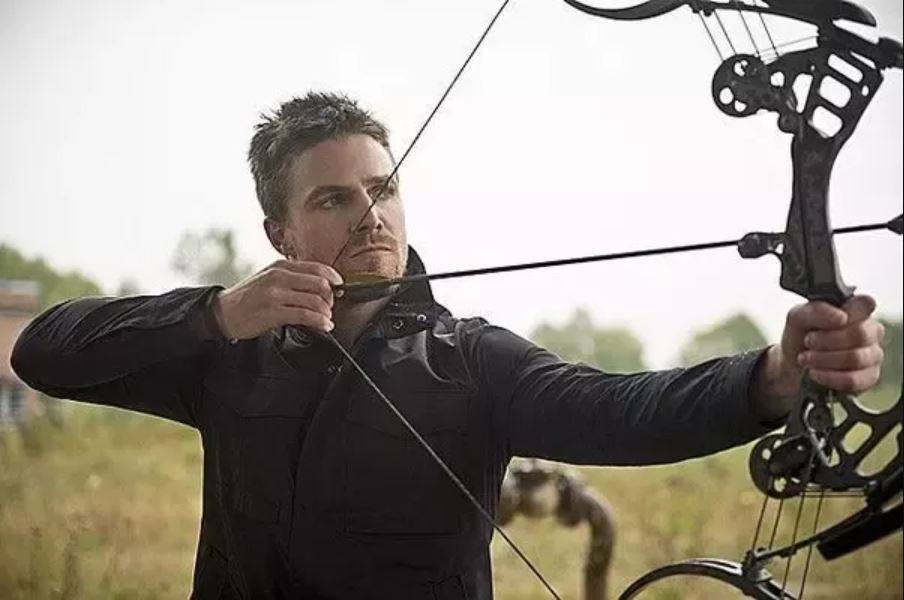 Oliver Queen (Stephen Amell) er sikkert en af grundene til, at antallet af bueskytter er steget markant de sidste par år i forskellige bueskyttelaug. Og det kan jeg godt forstå. (Foto: CW)