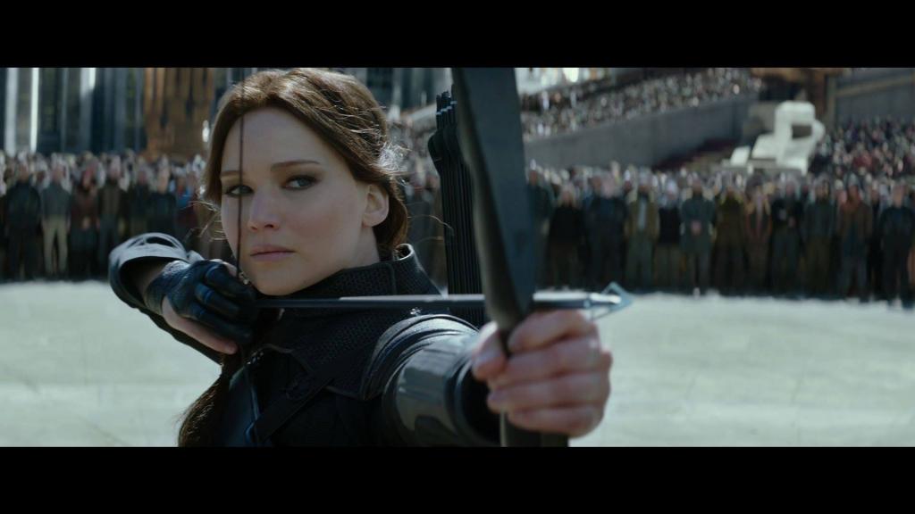 Katniss Everdeen gør sig klar til at afskyde en dødelig pil i Mockingjay – Del 2 (2015) med sin flotte recurve bue. (Foto: Nordisk Film)