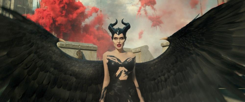 Den smukke, men skræmmende Maleficent må kæmpe for at skabe fred i eventyrverdenen. (Foto: Image.net)