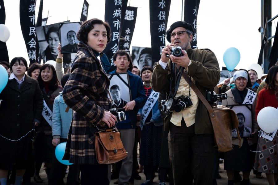 Aileen (Minami) og W. Eugene Smith (Johnny Depp) dokumenterer et kemikaliespild, dets konsekvenser for en japansk landsby og kampen for retfærdighed. (Foto: HanWay Films)