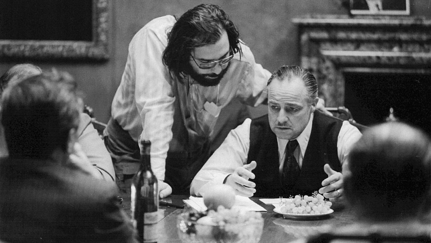 Francis Ford Coppola instruerer Marlon Brando under optagelserne til The Godfather (1972). (Foto: Paramount Pictures)