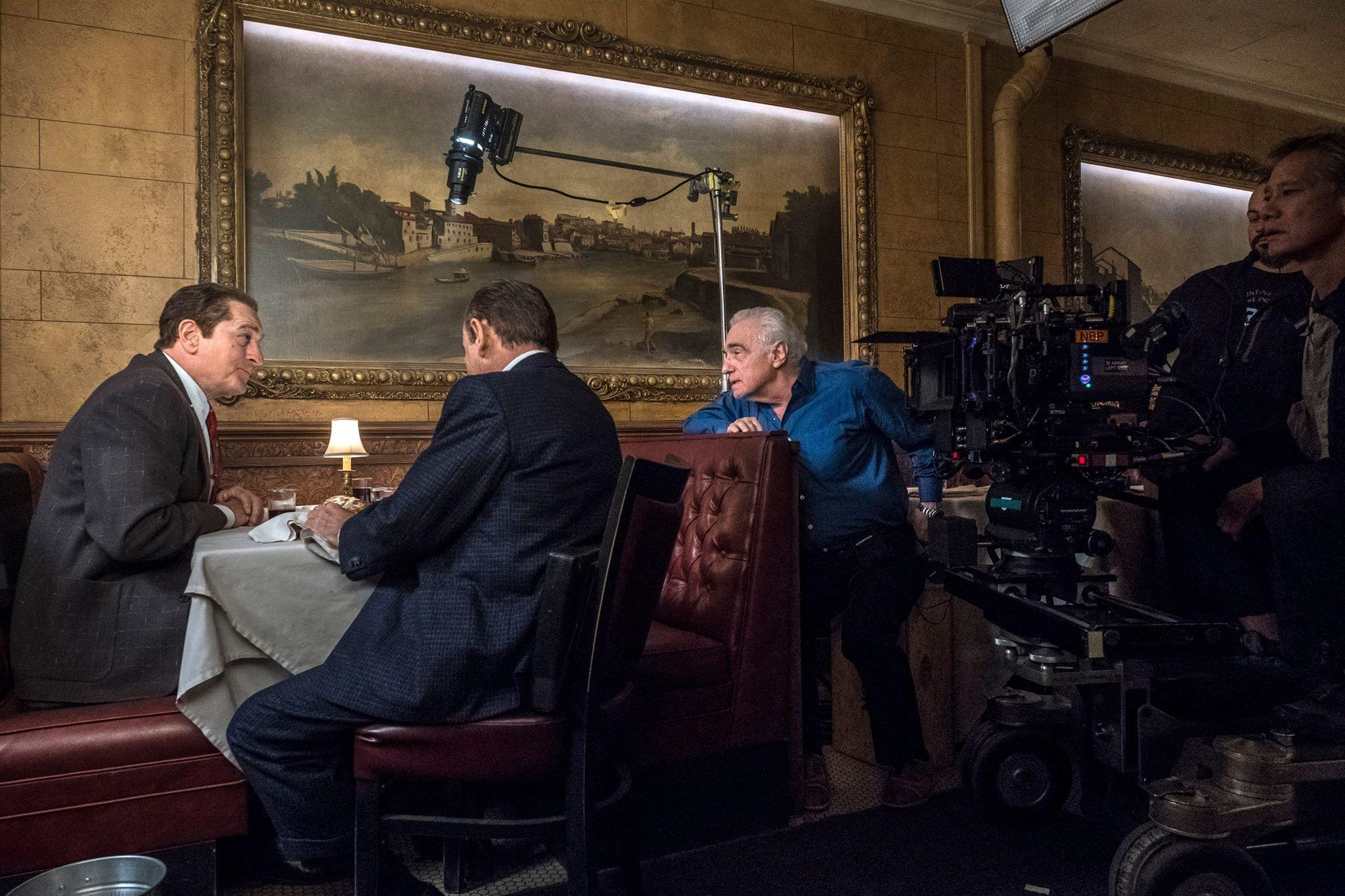 Marin Scorsese instruerer Robert De Niro og Joe Pesci i The Irishman (2019). Scorsese står til venstre for filmkameraet. (Foto: Netflix/Niko Tavernise)