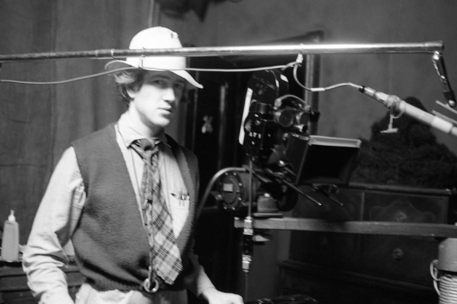 David Lynch på settet til Eraserhead (1977), der er skabt på blod, sved og tårer – og en helvedes lang produktionstid. (Foto: Libra Films)