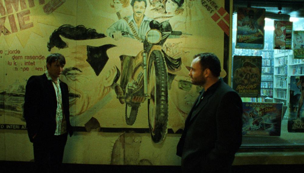 Lenny (Mads Mikkelsen) og Leo (Kim Bodnia) står overfor hindanden. Nicolas Winding Refns Bleeder fylder 20 år den 6. august. (foto: La Rabbia)