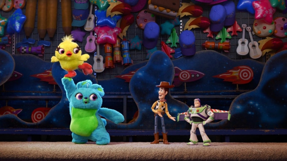 Bunny (Jordan Peele), Ducky (Keegan-Michael Key), Woody (Tom Hanks) og Buzz Lightyear (Tim Allen) mødes for at diskutere, hvordan det er at have et barn. (Foto: Walt Disney Studios)