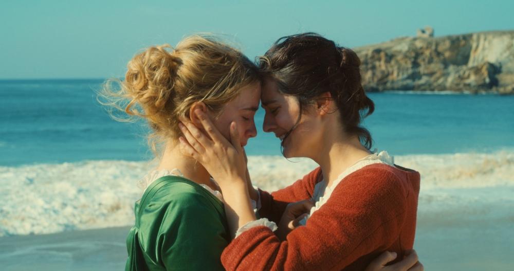 Héloïse og Marianne i et følelsesladet øjeblik på den strand, hvor de ofte går tur. (Foto: Camera Film)