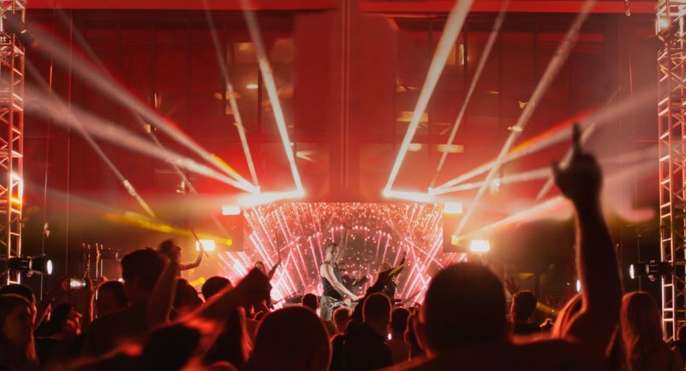 Rampelysets rus erstattes af kokain, når Lasse ikke er på scenen. (Foto: CPH:DOX)