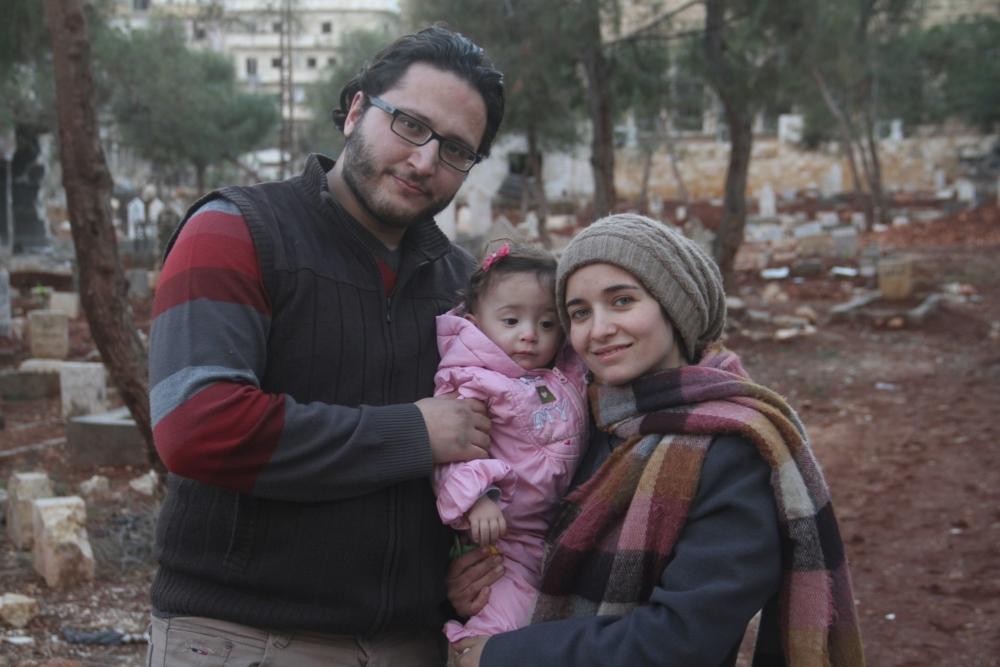 Waad al-Kateab med sin mand Hamza og deres datter Sama. (Foto: Øst for Paradis)