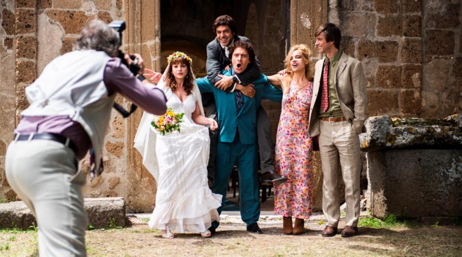 Riccardos bryllup omgivet af vennerne. (Foto: Another World Entertainment)